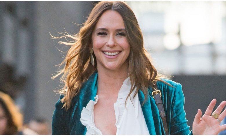 How old is Jennifer Love Hewitt?